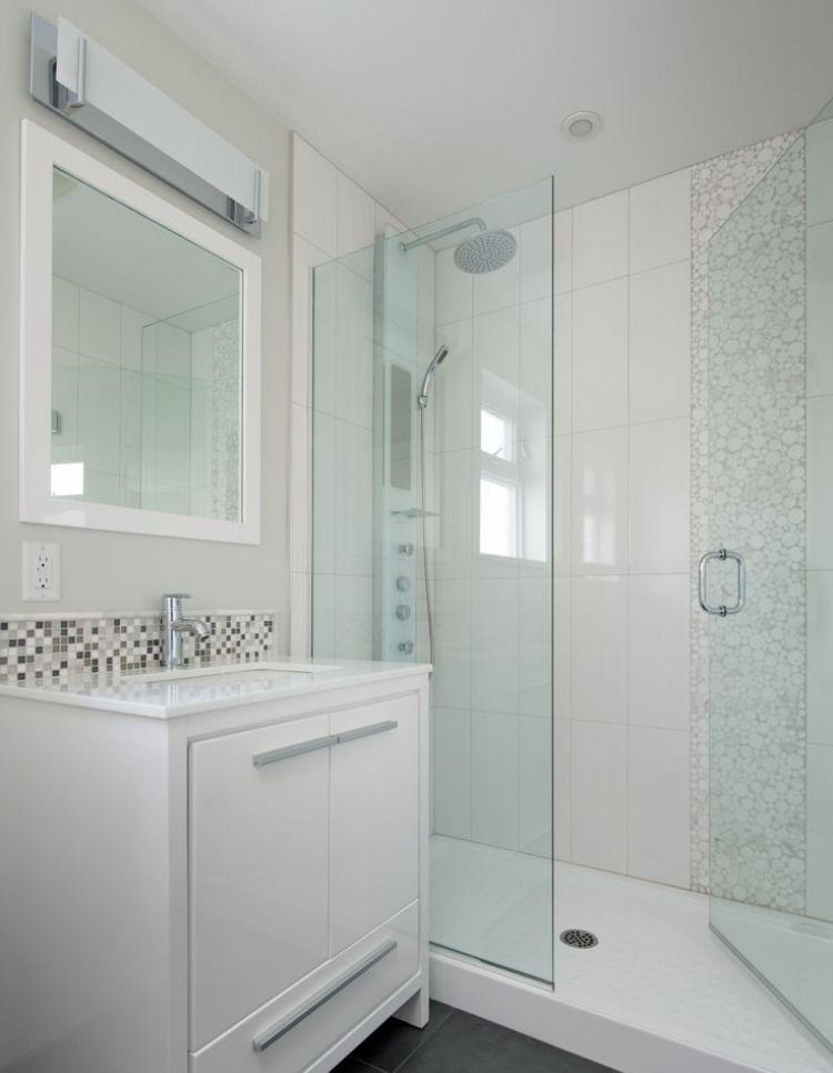Petite Salle De Bains Avec Un Carrelage En Blanc Et Beige Porte Douche Verre Meuble Sous Vasque