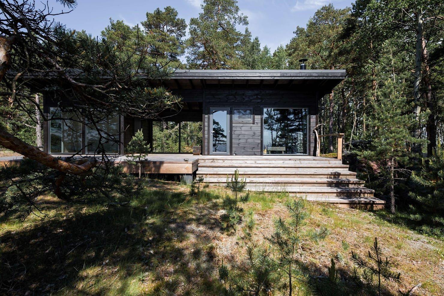 Modernes Sommerhaus an der Ostsee, das sich in die Natur