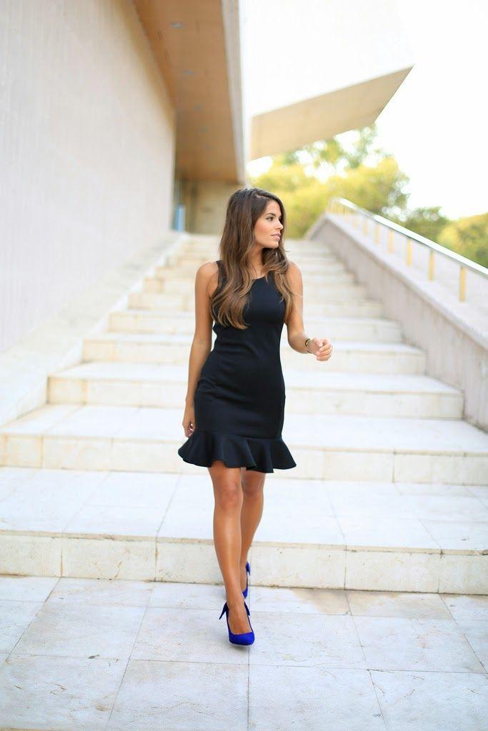 Combinar vestido negro con zapatos azules