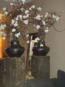 Voor een klant in bestaande potten op stoere sokkels zijde witte magnolia 39 s op fruithout - Deco entreehal ...