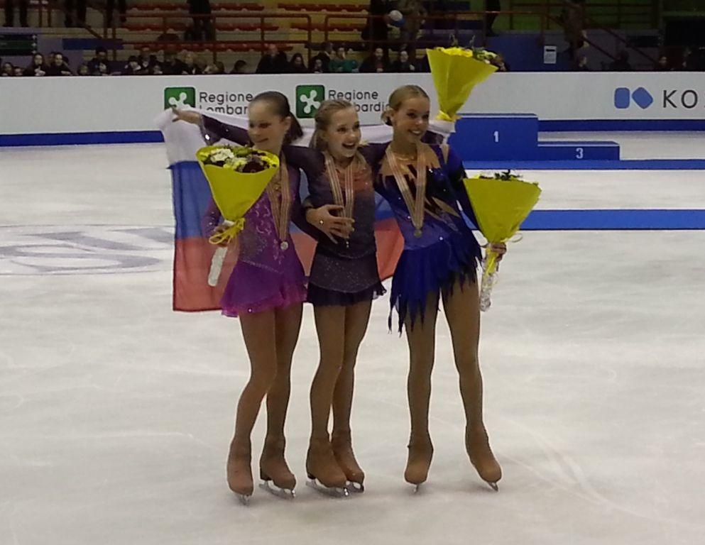 Ai Mondiali di pattinaggio di figura sul ghiaccio juniores, tenutisi per la prima volta al Milano, Elena Radionova, 14 anni appena compiuti, ha conquistato l'ambito titolo con un punteggio di 169,71 punti. Sul secondo gradino è andata la campionessa mondiale uscente, Julia Lipnitskaia, con un complessivo di 165,67, ottenuto con il quarto short e il secondo free. Sul terzo è salita Anna Pogorilaya, bronzo alla Finale di Sochi e quinta nella classifica russa senior.