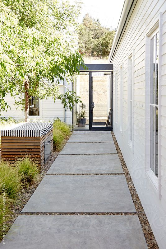 Walkway in outdoor courtyard of modern design home by trinettereed - Prix Dalle Terrasse Exterieure