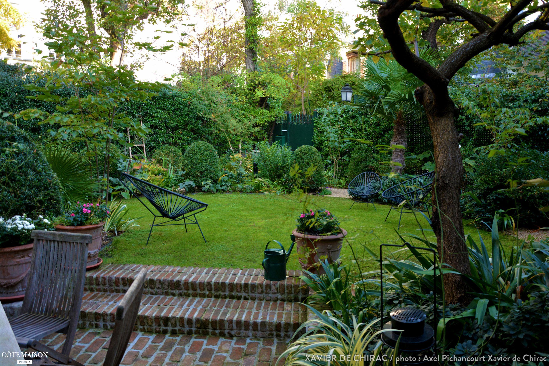 Un tr s petit jardin plant d 39 un abricotier de roses d 39 iris de buis avec une terrasse en - Amenager une terrasse en ville ...