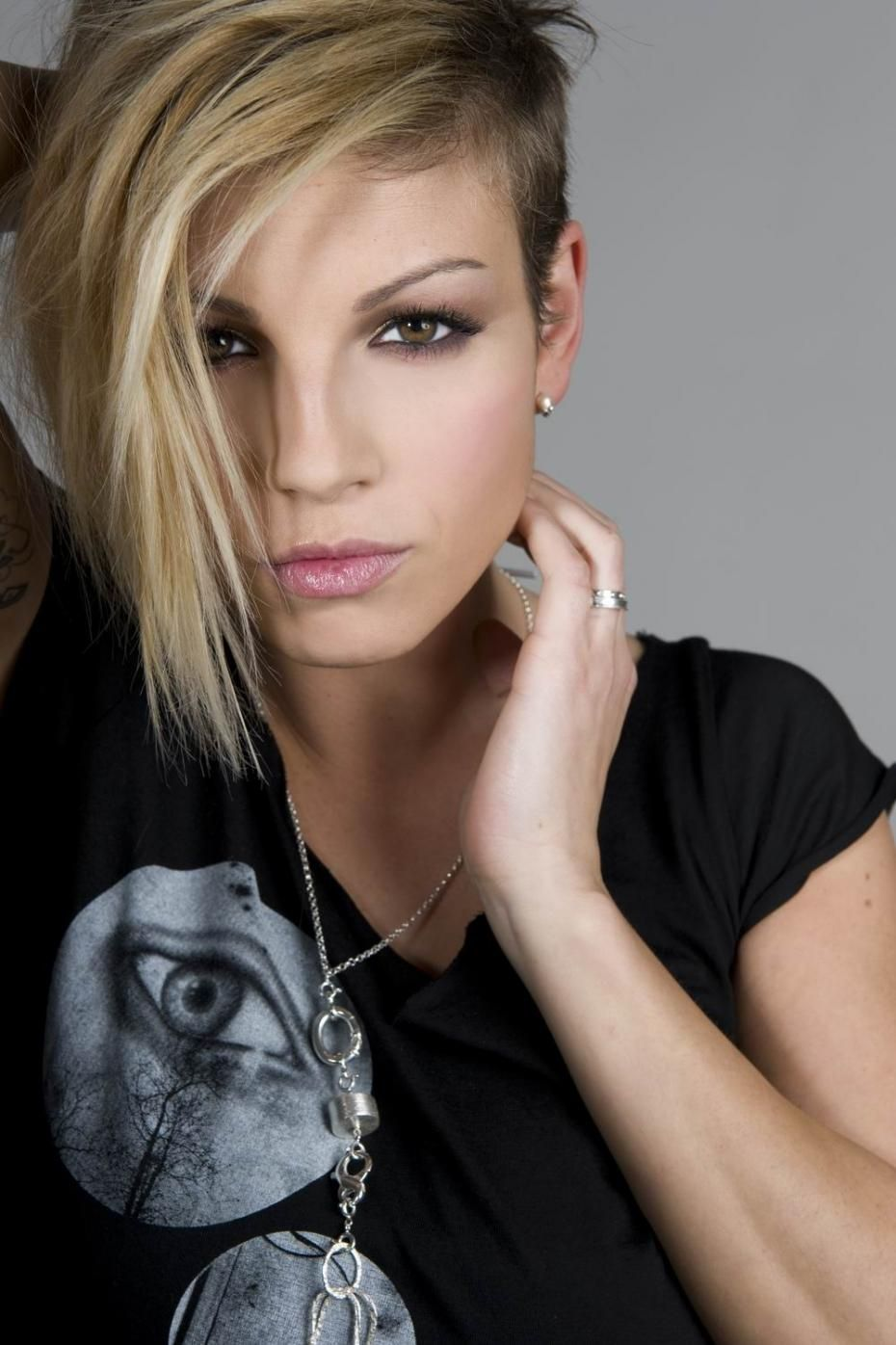 Is a cute Emma Marrone