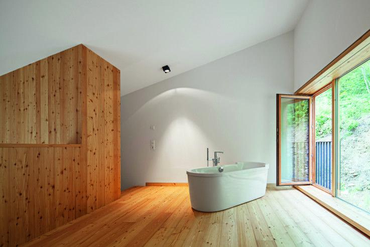 Freistehende Badewanne im Holzhaus in Piesendorf | Meck Architekten ©Michael Heinrich