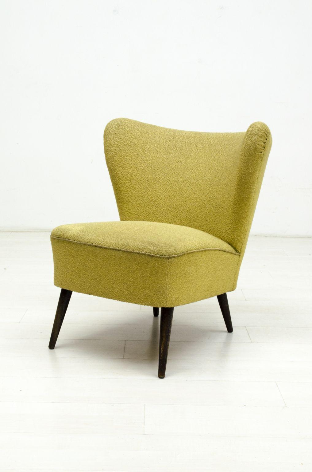 Leuke 60's cocktail fauteuil.Deze cocktail fauteuil heeft lichte gebruikssporen en op sommige plekken is de stof wat gesleten.  In een normale vintage staat.
