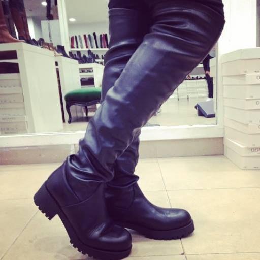 Cuissardes cuir noir made in italy montante et galbante tout du long idéale pour dessiner votre ligne de féminité et de style. Multistyle ce combine facilement en day & night, en leggings, jeans, robe & short. Elle vous accompagneront partout vous ne les quitterez plus. Retrouver toutes les dernières tendance de bottes @osmose_shoes paris au 92 rue réaumur 75002 PARIS
