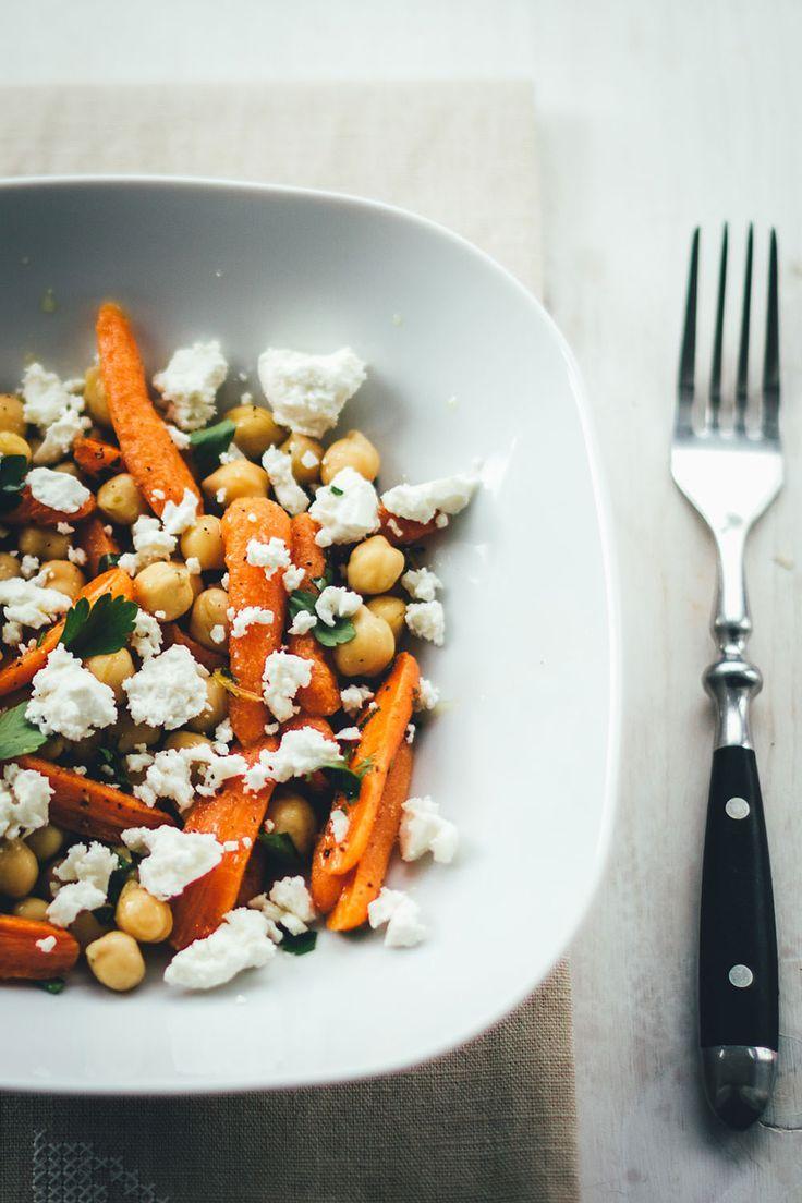 Rezept für knackig frischen Kichererbsen-Salat mit ofengerösteten Möhren, würzigem Feta, Petersilie und Zitronen-Olivenöl-Dressing | super easy zubereitet und perfekt als Lunch, Meal Prep oder für die schnelle Feierabendküche | moeyskitchen.com #lunch #dinner #mealprep #salat #kichererbsen #möhren #feta #veggie #vegetarisch #foodblogger #rezepte #sommer #sommerrezept