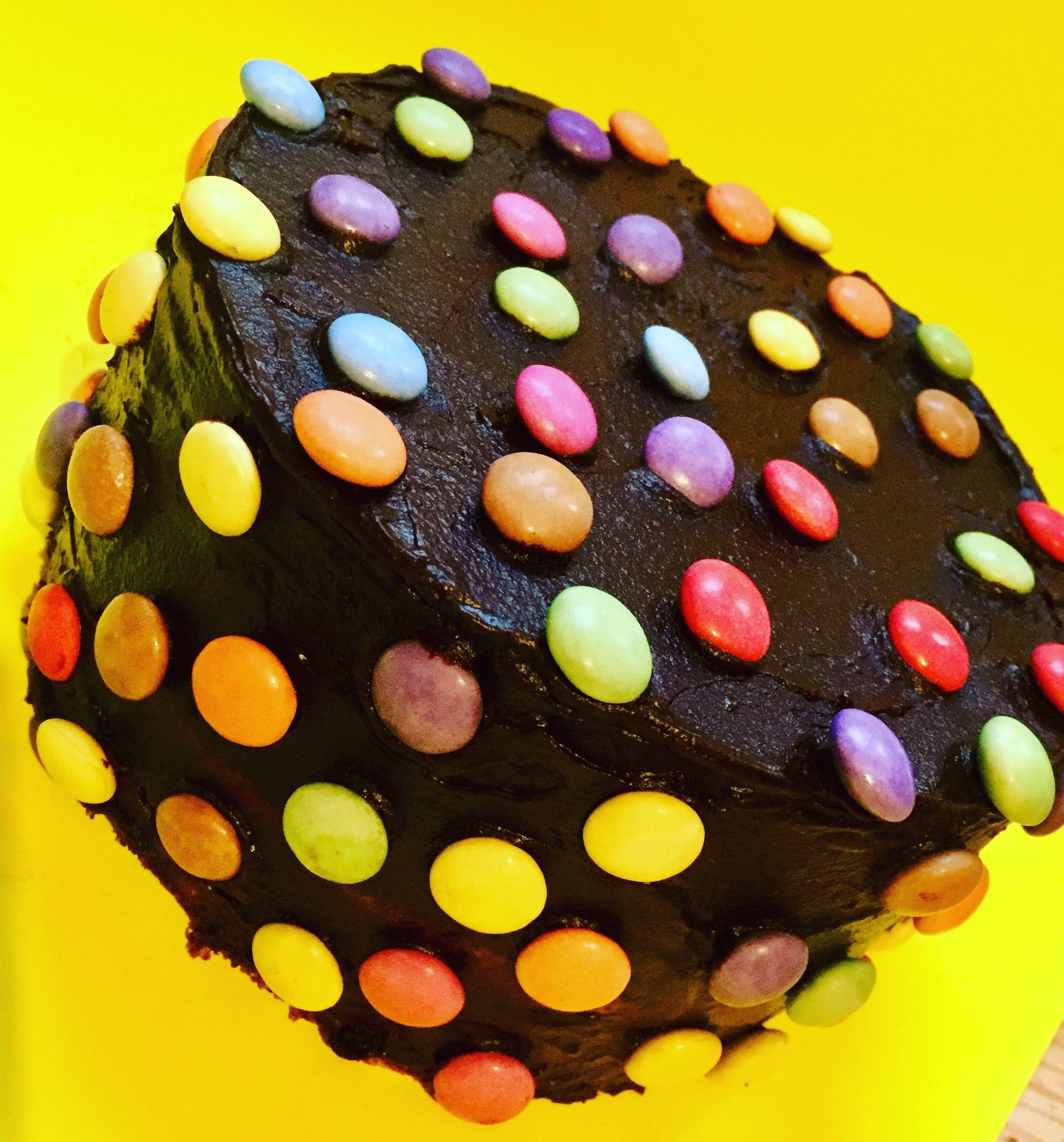 Schokokuchen Mit Smarties Den Kuchen Habe Ich Fur Den Kindergeburtstag Eines Freundes Gebacken Der Basis War Ein Ruh Kuchen Rezepte Ruhrteig Kuchen