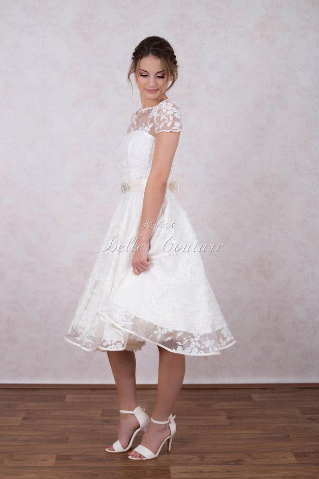1e43f4c12a8b99 Dieses traumhafte Petticoat Brautkleid im 50er Jahre Stil wird aus einem  cremefarbenem Taft gefertigt. Das gesamte Kleid ist mit einer traumhaften  ...