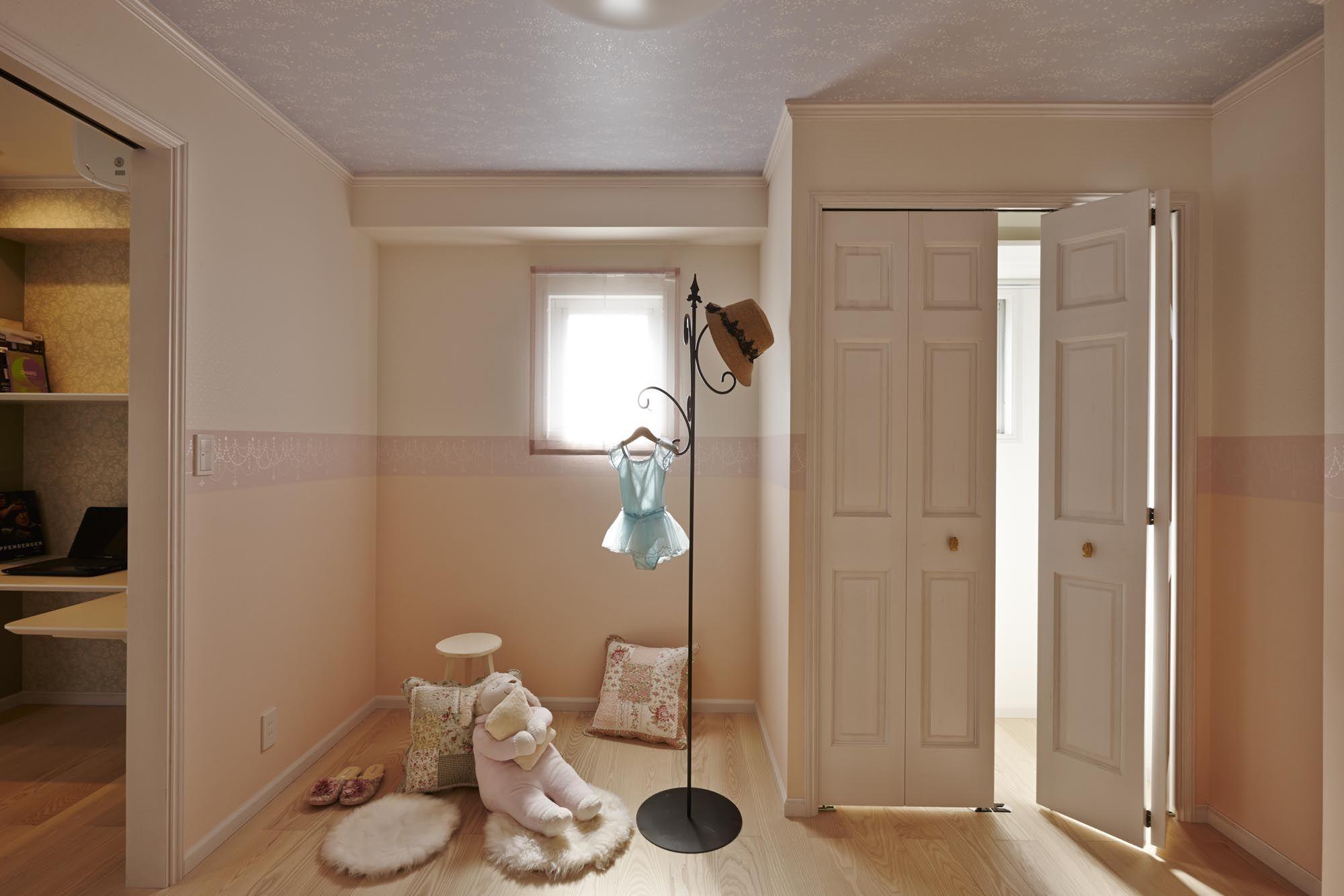 淡いピンク色でまとめた子供部屋 壁紙はボーダークロスを挟んで上下で
