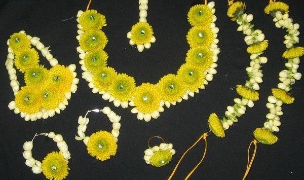 Mehndi Flower Jewellery In : Beautiful ideas of flower jewelry for mayo mehndi