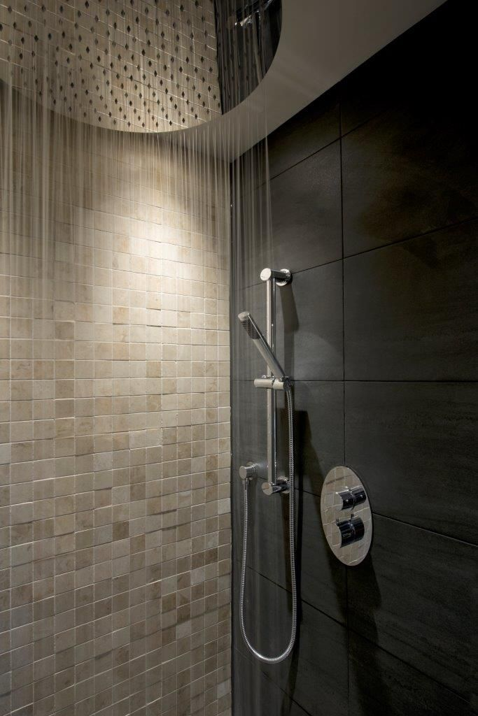 Huge En Suite Walk In Shower With 500mm Round Aquablade Shower Head For The  Ultimate Drenching!