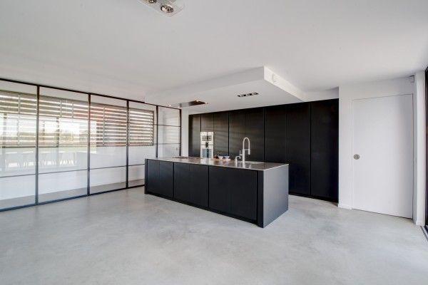 Zwart Betonvloer Keuken : Industriële design keuken. mat zwart gespoten. voorzien van