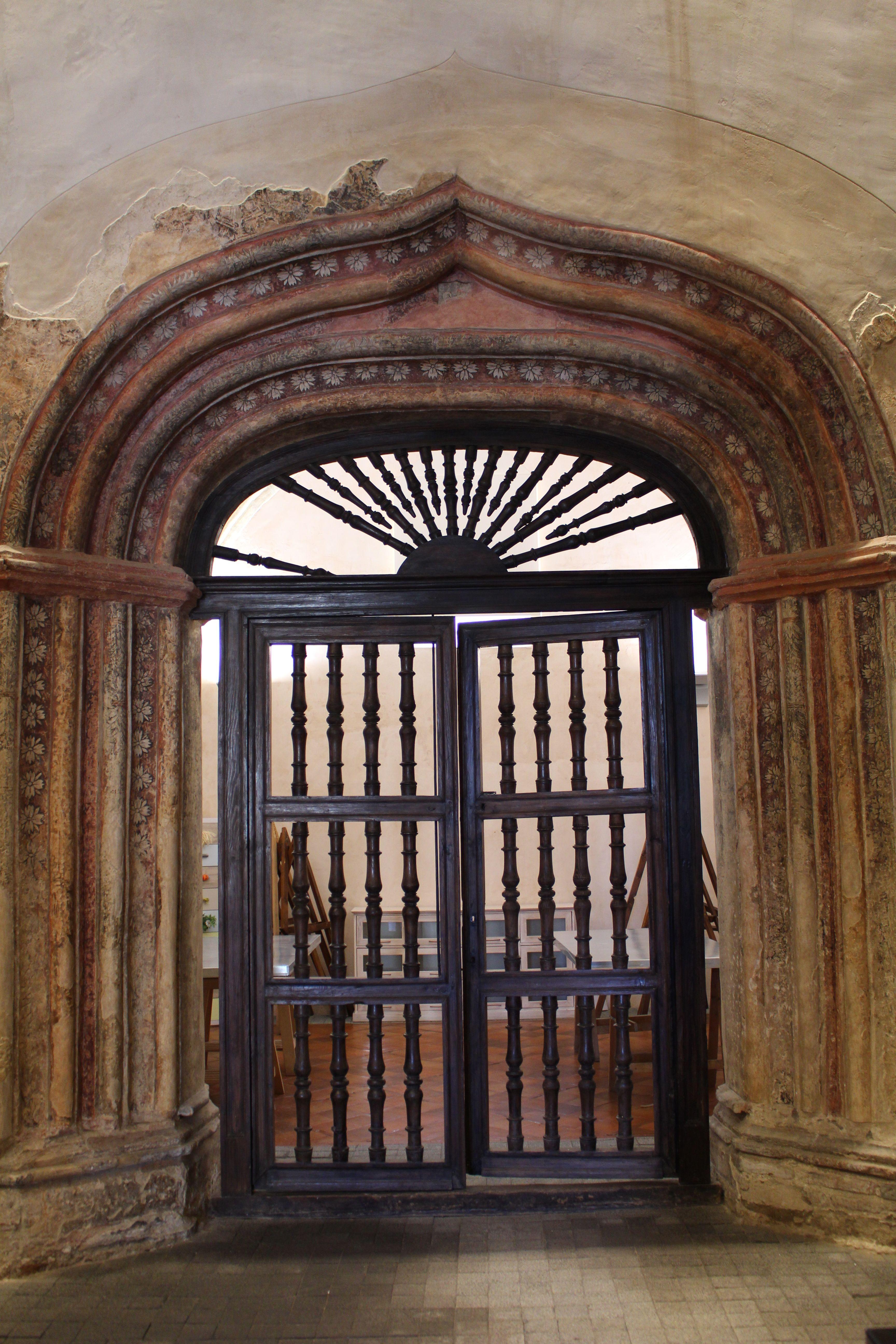 Iglesia del Salvador. Capilla. El arco de entrada es de estilo conopial y esta decorada a base de pintura mural