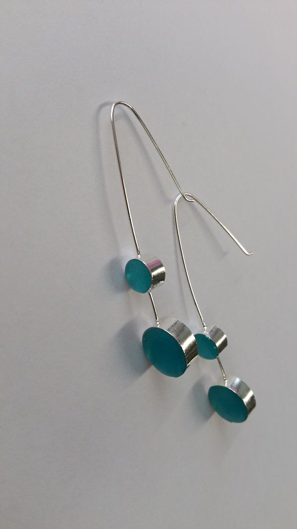 These earrings are made with silver and resin. Korvakorut ovat hopeasta ja hartsista. Estos zarcillos están hechos de plata y resina.  https://www.facebook.com/pages/Stitched-by-me/131497053552077