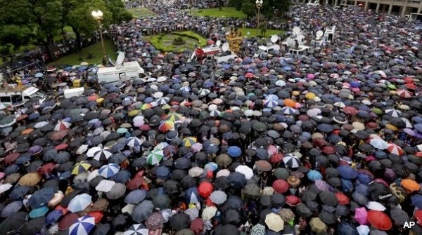 250.000 Argentijnen doen in stromende regen mee aan stille tocht voor Alberto Nisman http://on.wsj.com/1AWr2Mv