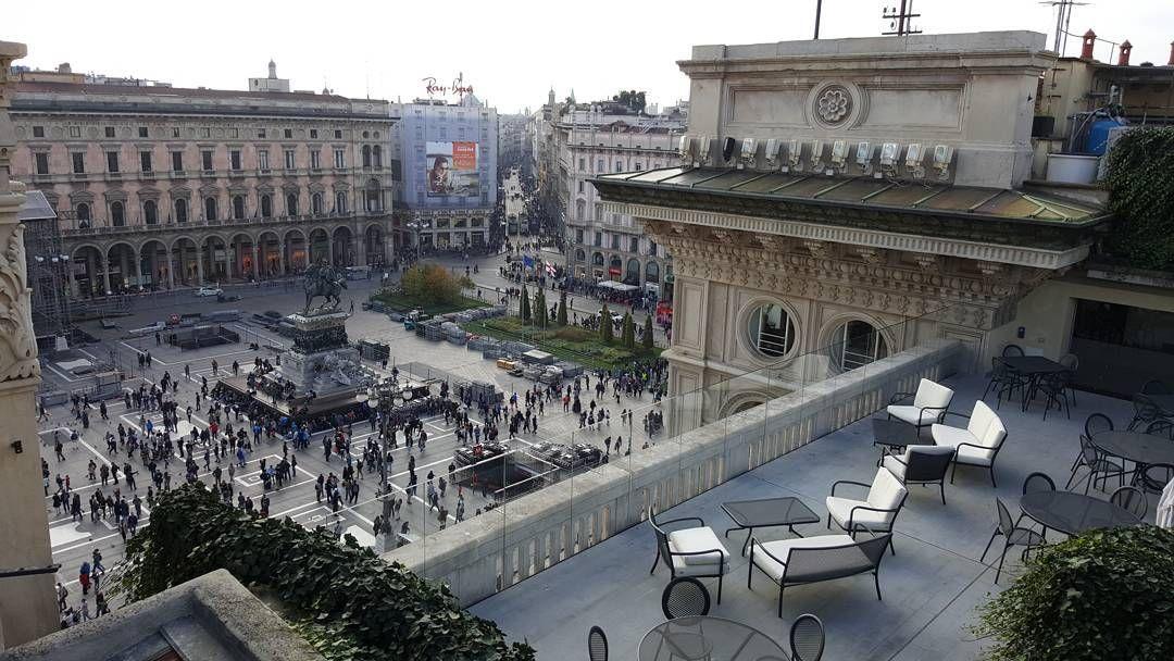 A unique chance to admire Piazza Del Duomo Milano from the top of Galleria Vittorio Emanuele. #milanocity #travelblogger #instatravel #instago #instamood #instalike #instadaily #instapic #piazzaduomo #milan #milano #italy #gucci #milanocityufficiale #milanocityofficial #gallleriavittorioemanuele