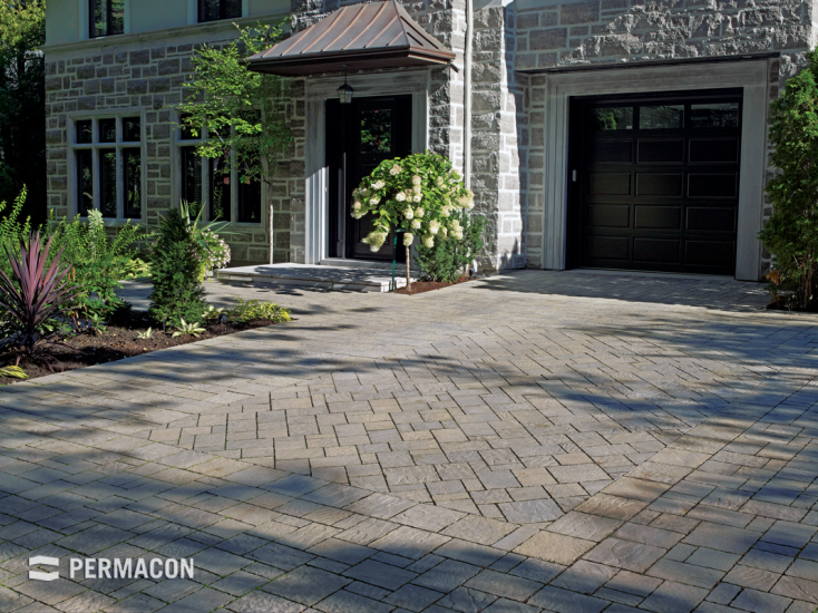 Elegant selection of pavers on this driveway //// Élégante sélection ...