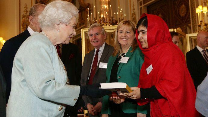 Jovem Malala Yousafzai E Recebida Pela Rainha Elizabeth Ii Fotos