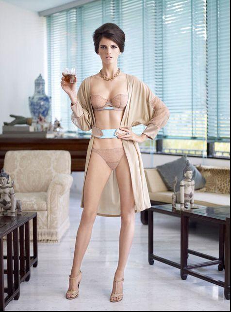 Девушка в прозрачном кружевном платье