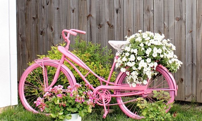 idee creation deco simple, un vélo repeint en rose recyclé ...