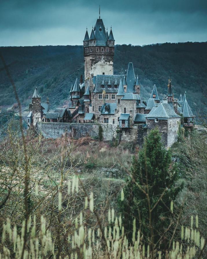 Dieser Ort ist nicht die Residenz einer bösen Königin, sondern die Reichsburg Cochem. #aroundtheworldtrips