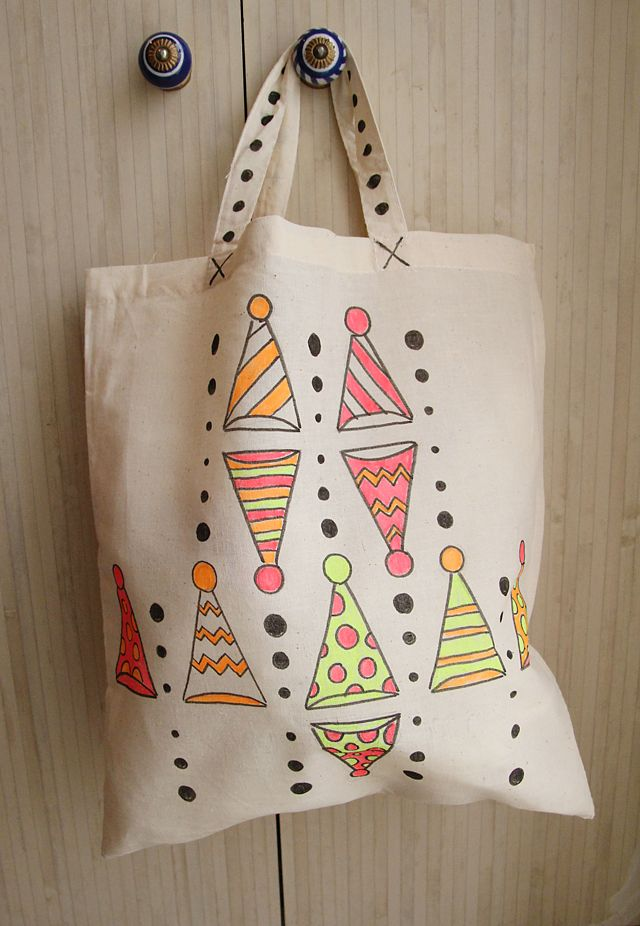 Instructions on decorating canvas tote bags with fabric markers ...