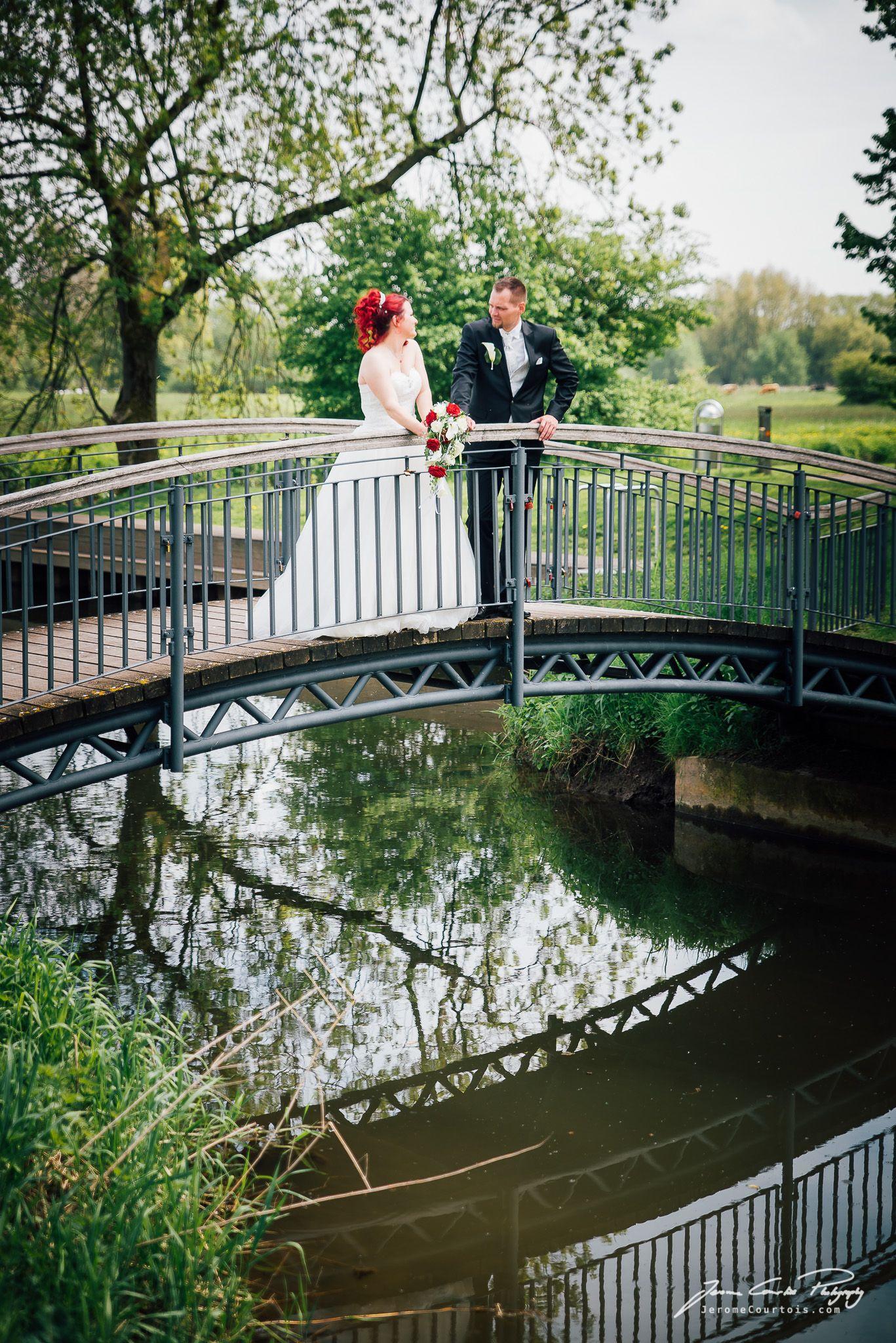 Hochzeitsfotografie: Braut & Bräutigam auf einer Brücke am Schloss ...