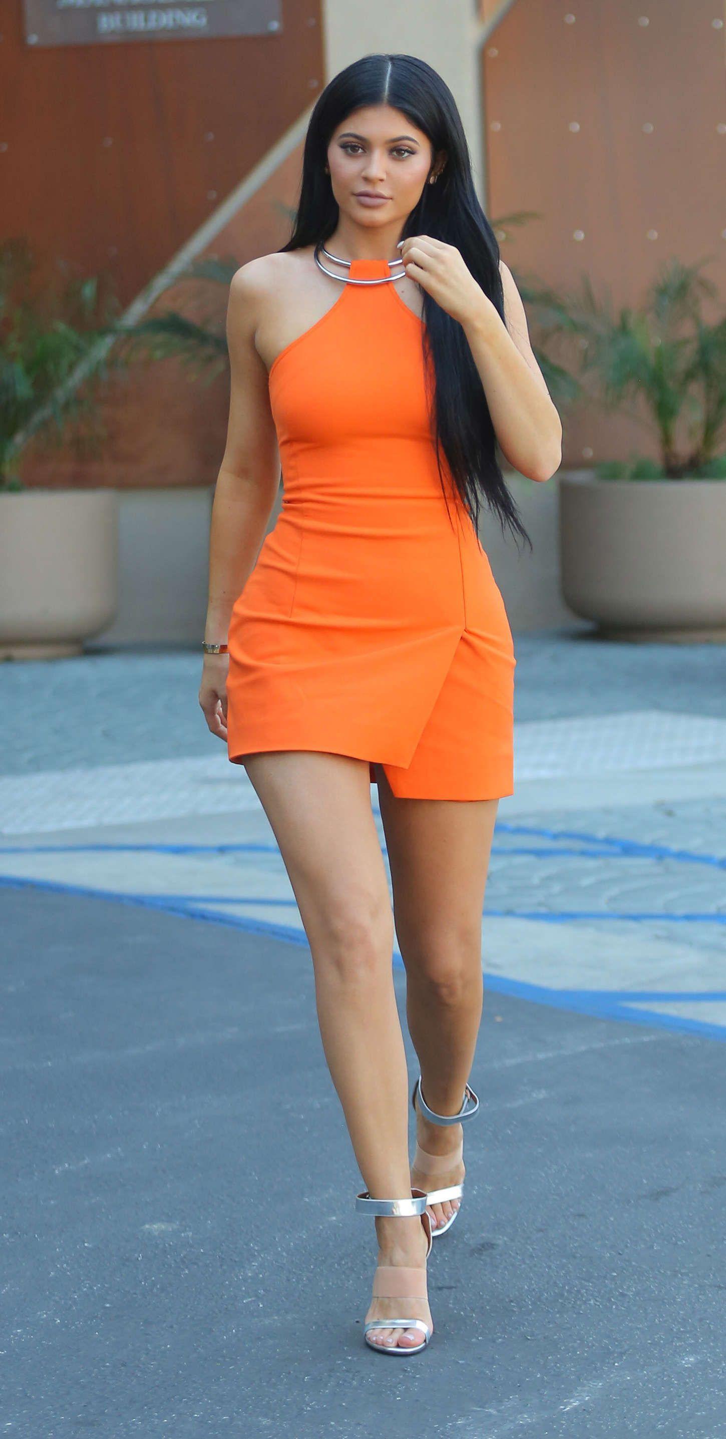 Kylie jenner aux longues jambes en robe orange dans la for Kylie jenner robe