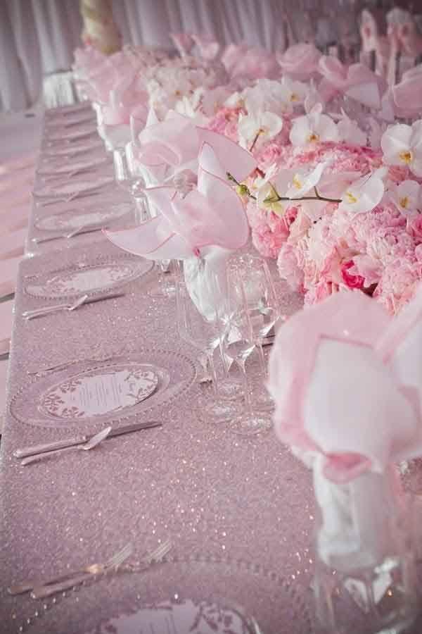 Décor table feerique mariage theme princesse, nappe en satin rose ...