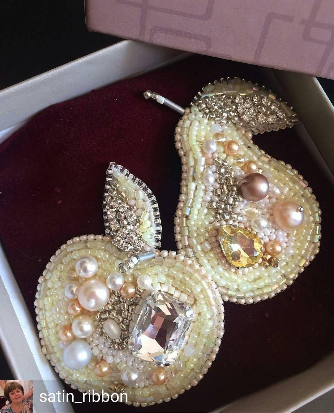 @Regrann from @satin_ribbon - Стильные броши Белое Яблоко и Груша придадут Вашему образу яркость и индивидуальность, а ,может быть, станут приятным подарком для любимой. В свободной продаже. #tvoy_handmade #accessories #beadswork #bestmastera #jewelry #аксессуары #стильно #модно #презентабельно #стильныеукрашения #брошьручнойработы #вышитаябисеромброшь - #regrann