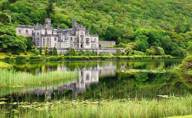 Kylemore Abbey, Irlanda. Na charmosa cidade de Galway, vale a pena visitar a Abadia de Kylemore e o o Jardim Murado Vitoriano, que inclui uma área verde belíssima.