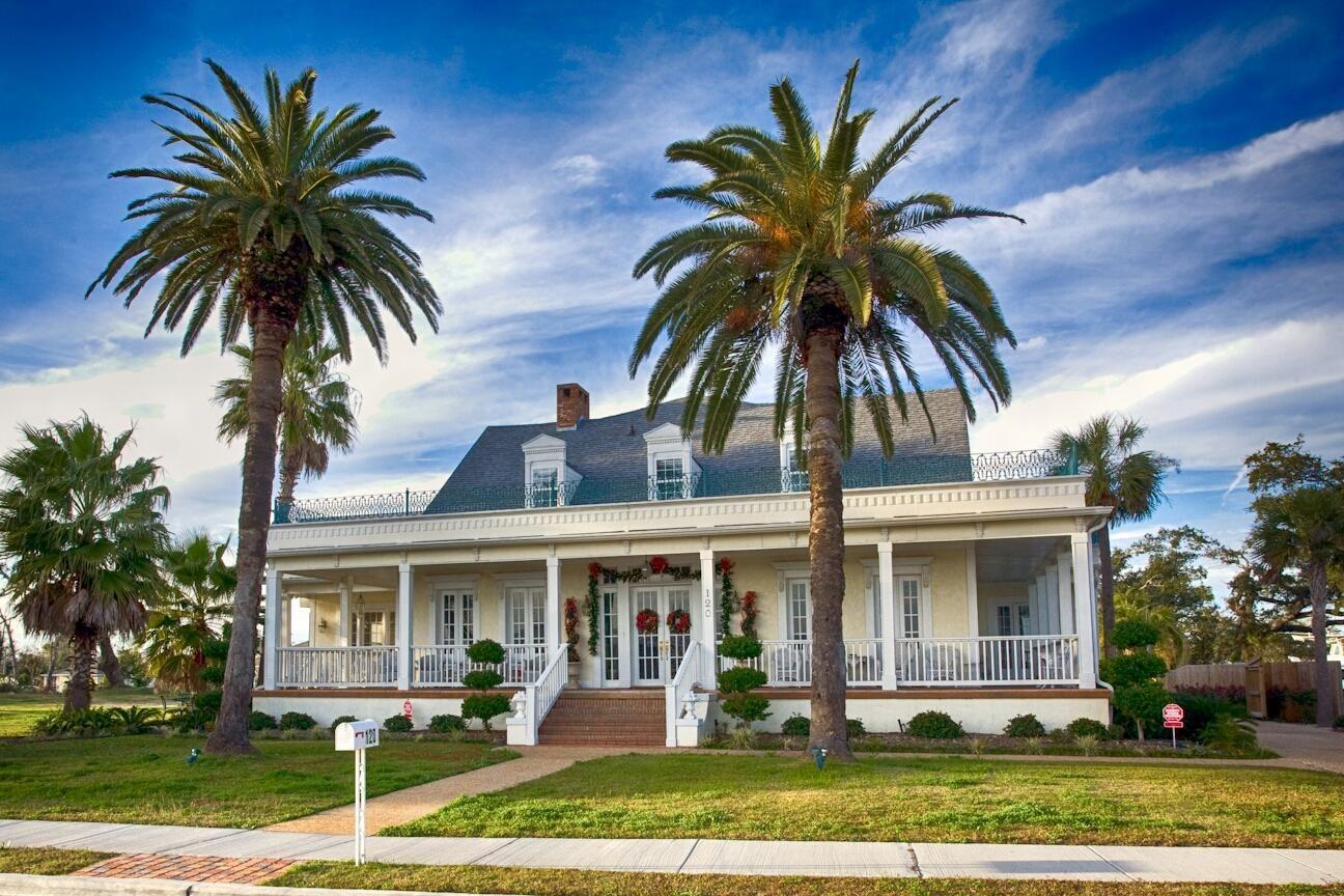 Historic Blue Rose Mansion circa 1848. Spectacular 8,900