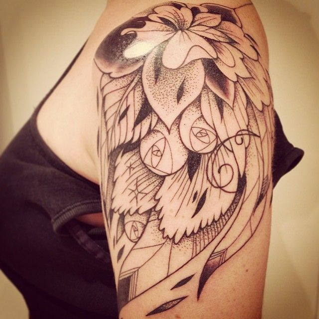 Tatouage Fleur Et Plume Graphique Tatoo Tattoo And Girl Tattoos
