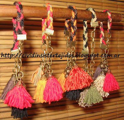varias pulseras con lana