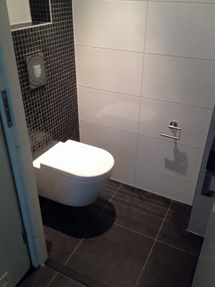 Strakke toiletruimte met prachtige glans mat zwarte moza ek tegels combineert met strakke - Tegels wc design ...