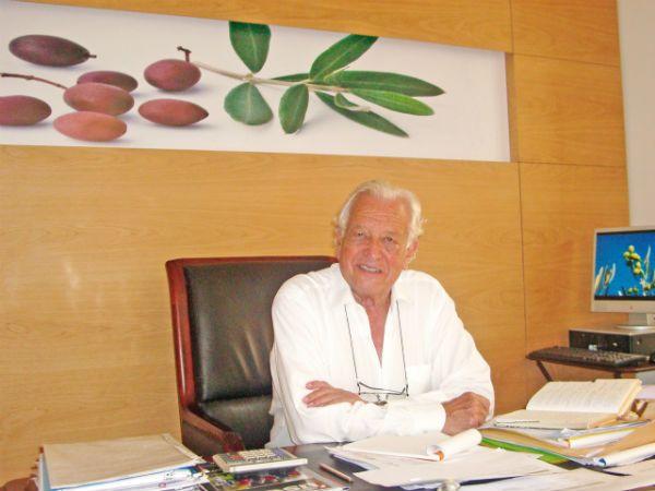 Monsieur Albert Baussan PDG dOliviers Co dans son bureau