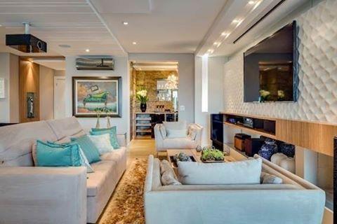 Sala de estar para todos os estilos! Os detalhes em madeira deste apartamento em Curitiba (PR) e a pelagem alta do tapete deixam o espaço mais aconchegante. Veja outros projetos: http://bit.ly/1TKjLEj