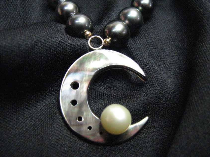 Black pearls in oysters pictures