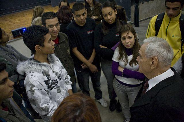 Sempre aberto ao diálogo, reitor da Unimonte conversa com jovens estudantes da escola Aristóteles Ferreira, em Santos.