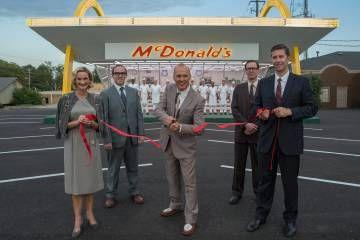 Michael Keaton (en el centro) es Ray Kroc en la película 'El fundador', de John Lee Hancock. La frase promocional del filme es: