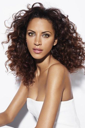 Le volume très naturel de cette coiffure est obtenu grâce à des belles boucles pleines de vitalité : c'est beau à voir et pratique à porter ! © Niwel 2014-2015