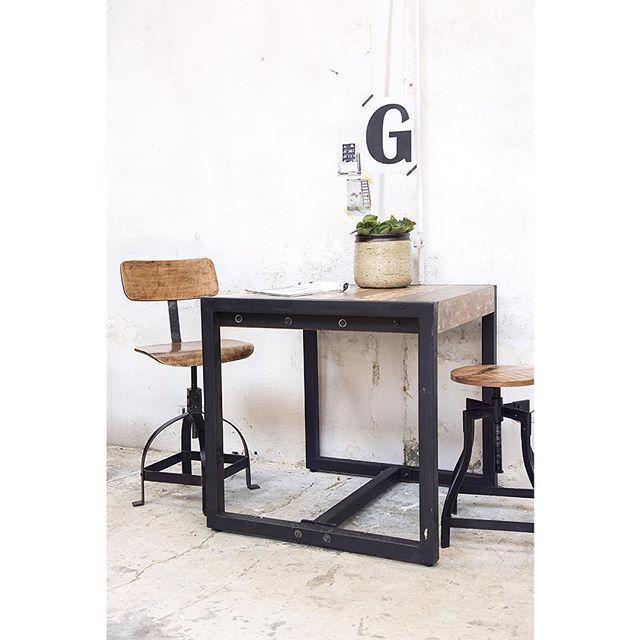 Deze industriële tafel is echt een favo onder onze klanten. Hij is in allerlei formaten beschikbaar. Check onze website