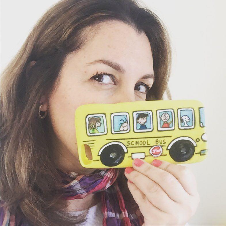 En unas horas... FUNDA DE SILICONA PARA MÓVIL DE SNOOPY! Es el autobús escolar de Carlitos y sus amigos. NO OS LO PERDÁIS! Es fácil fácil fácil.  #fundas #iphonecase #fundascaseras #snoopy #peanuts
