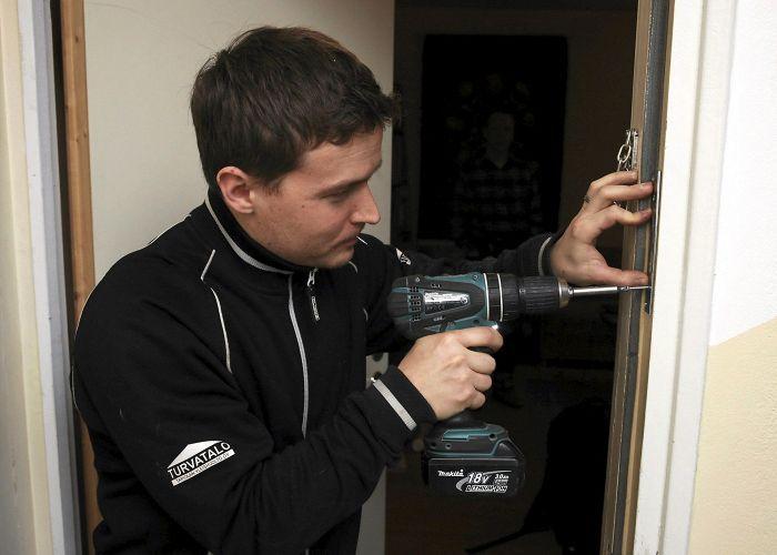 Lukkoseppä Mika Vuorinen asensi Petri Karppisen oveen turvalukon, jota käytetään erillisellä avaimella.