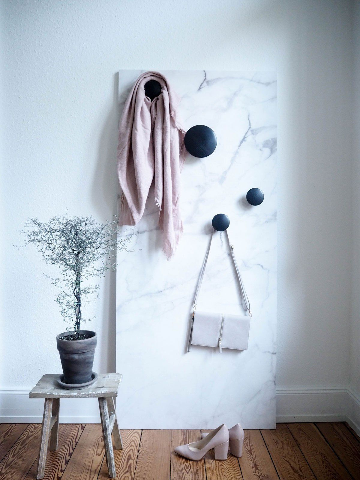 Home interior tapeten design diy mobile wand tapezieren als sichtschutz und garderobe   haus