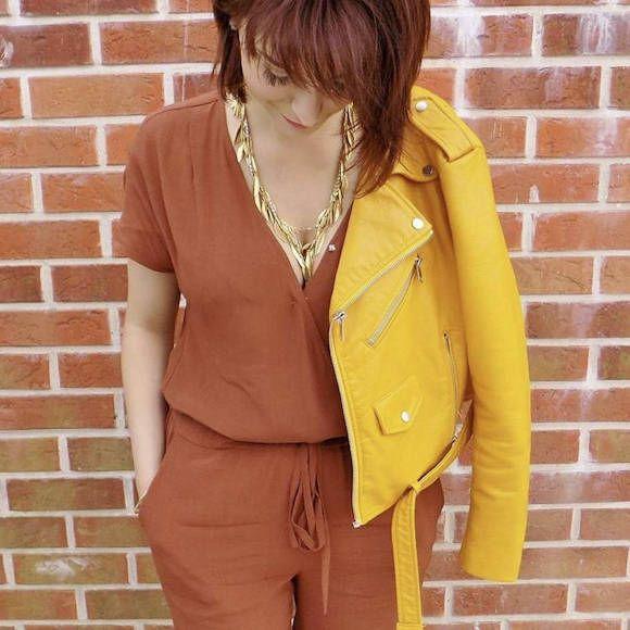 Look de c r monie color avec une combinaison camel et une veste jaune - Combinaison pantalon ceremonie ...