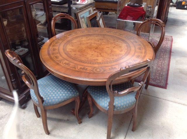 tavolo tondo intasiato con sedie Niente di Nuovo, usato