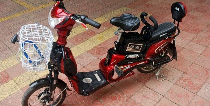 Put strawberry float by 100 electric bicycle